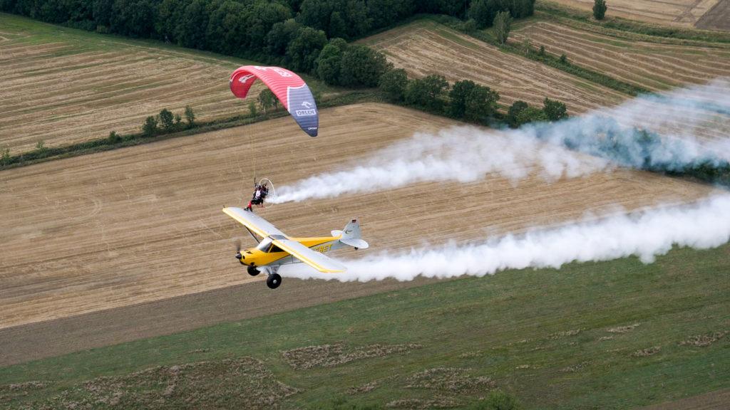 Wojtek Bógdał jako pierwszy wylądował na skrzydle lecącego samolotu!